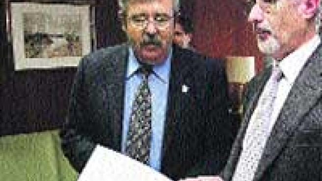 Romero, junto a Antonio Morales, teniente fiscal, ayer (M. Mesa).
