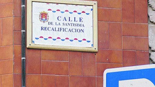 El Ayuntamiento ordenó tapar los falsos rótulos. (Rafa Molina)