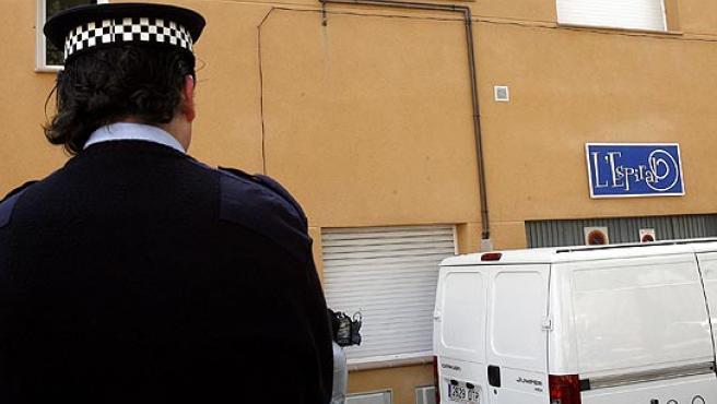 Un agente vigila el domicilio de El Masnou donde se han producido los hechos. (Julián Martín/Efe)