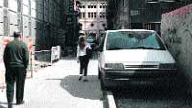 Un coche en la acera donde antes había plazas de aparcamiento. (Lara Roda).