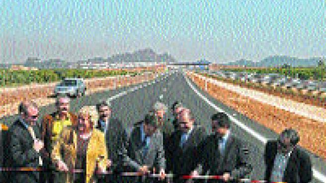 Jordi Sevilla y Antoni Bernabé inauguraron ayer el nuevo tramo de la A-7 entre Almenara y Sagunto. (Manuel Bruque / EFE)