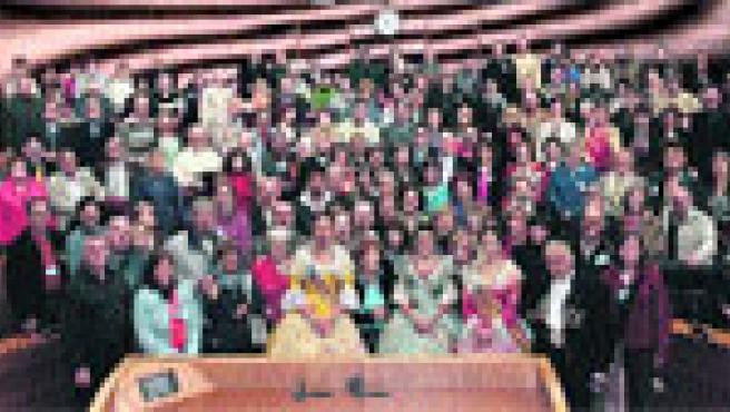 Los 120 valencianos llegados de Sudamérica para pasar en Valencia las Fallas visitaron ayer Les Corts. (Efe)