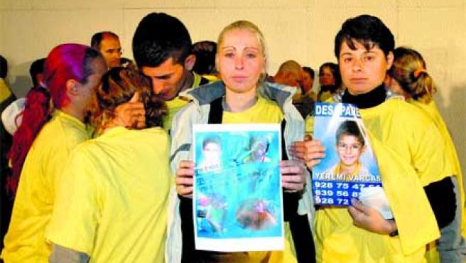 La madre de Yeremi y una tía muestran la foto del niño. (Efe).