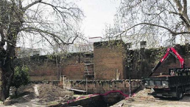 Arrancan por fin las obras de restauración de la muralla de la Macarena (K. Rangel).