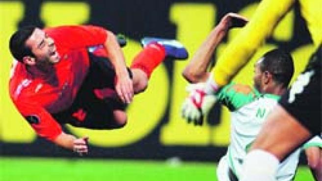 Guayre, en el momento del penalti cometido sobre él por Tim Wiese.(Ingo Wegner / EFE)
