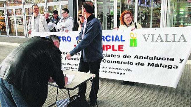 CC OO recogió firmas contra las aperturas que hace el centro comercial Vialia los domingos y festivos (Martín Mesa).