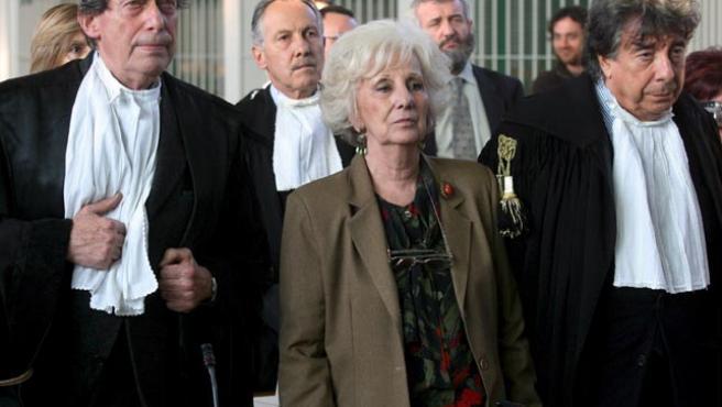 Estela Carlotto, presidenta de la Asociación de Abuelas de Plaza de Mayo, junto a sus abogados en el momento en que el presidente del tribunal lee la sentencia. (Claudio Peri / EFE)