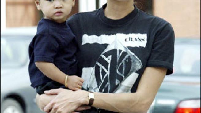 Angelina Jolie con su hijo mayor, Madoxx, en brazos (© Korpa).