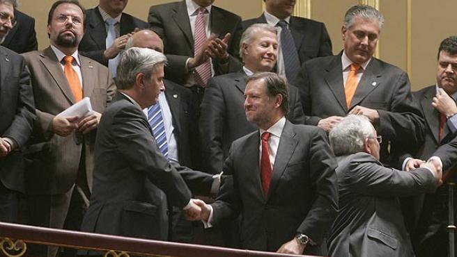 El presidente del PP en Aragón, Gustavo Alcalde, y el presidente aragonés, Marcelino Iglesias, en el Pleno del Congreso. (Juanjo Martín / Efe)