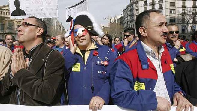 Uno de los manifestantes ataviado con el típico sombrero de la revolución francesa. (EFE)