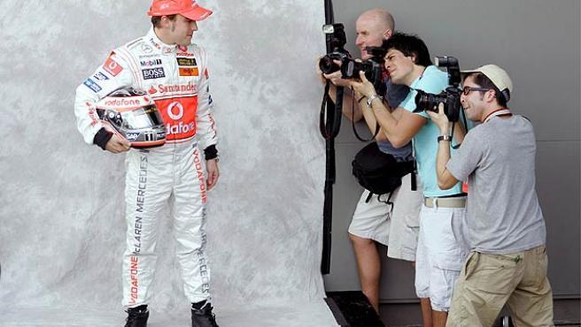 Fernando Alonso posa ante los fotógrafos. (Efe)