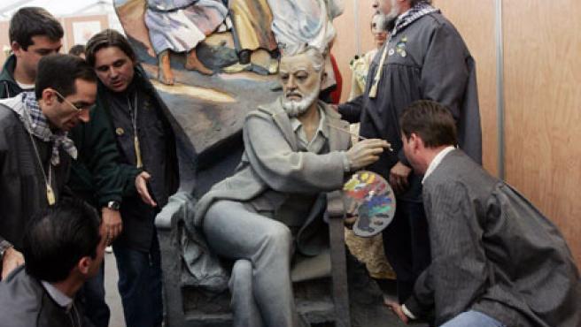 """La figura de Joaquín Sorolla mientras pinta su cuadro """"Pescadoras valencianas"""", realizada por el artista Paco López Albert."""