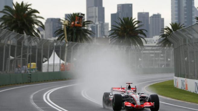Fernando Alonso maniobra sobre la pista mojada, en Melbourne. (Mark Horsburgh / REUTERS)