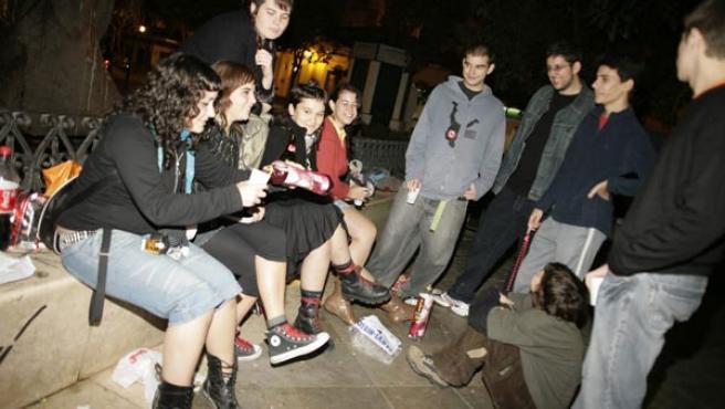 Unos jóvenes participan en un botellón nocturno improvisado (Foto: Aníbal González)
