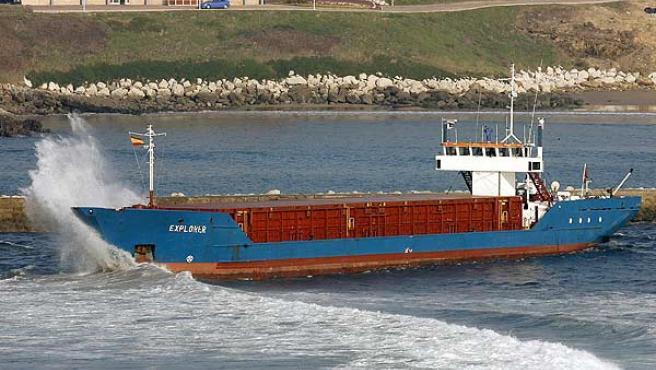 El carguero Explorer permanece en la ría de San Martín, en Suances. (Esteban Cobo / Efe)
