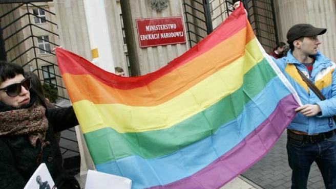 """Miembros de la organización """"Jóvenes contra la homofobia"""" protestan ante el ministerio de Educación polaco. Katarina Stoltz / REUTERS"""