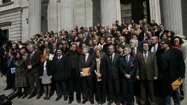 Decenas de diputados de todos los grupos salvo el PP se concentraron esta mañana en el Congreso para protestar por la guerra de Irak.