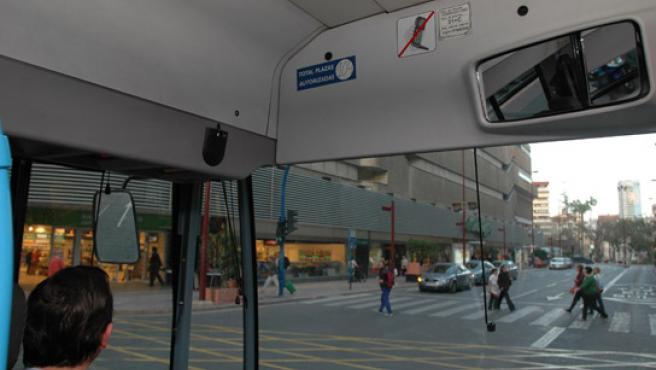 Este pequeño cartel muestra la prohibición de hablar por el móvil en los autobuses.(Foto: Rafa Molina)