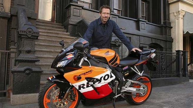 El actor Hugh Laurie (el doctor Gregory House en la serie) posa delante de su Honda CBR.