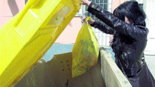 Los coruñeses no pueden tirar sus residuos antes de las 20.00 horas en invierno.(M. Fuentes)
