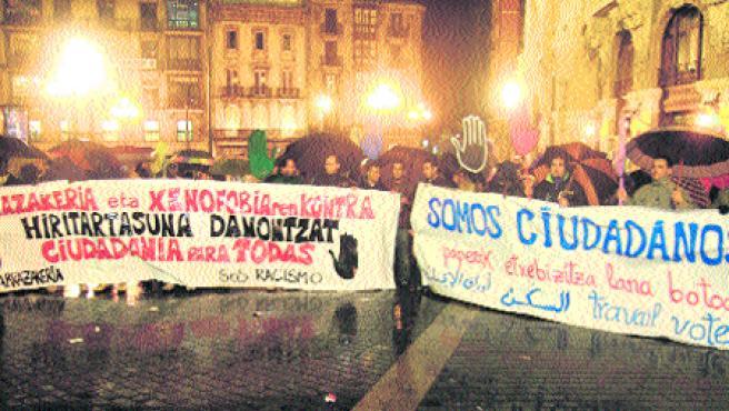 Un centenar de manifestantes desafiaron al mal tiempo ayer en Bilbao y se concentraron frente al Arriaga contra el racismo. (U. Etexebarria)