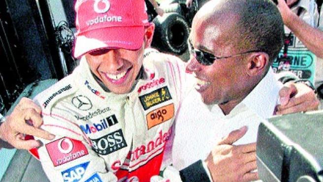 Lewis Hamilton y su padre, Anthony, en el GP de Australia.(Efe)