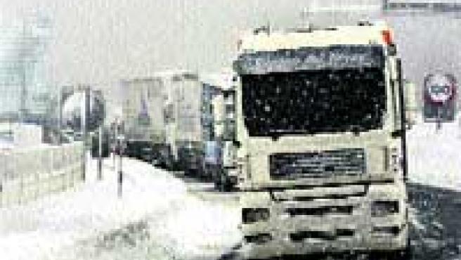 Camiones retenidos por la nieve en la N-61 en Cantabria. (Efe).