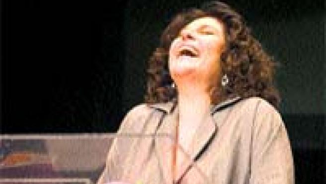 La actriz, en un momento de la representación (Archivo).