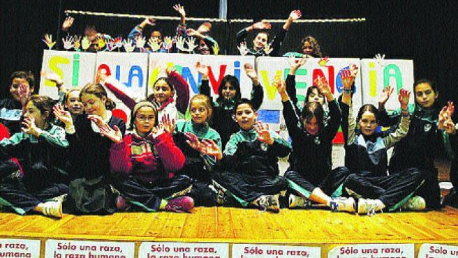 200 alumnos leyeron frases en otros idiomas y plasmaron sus manos en un cartel por la convivencia. (Miriam Chacón / Ical)