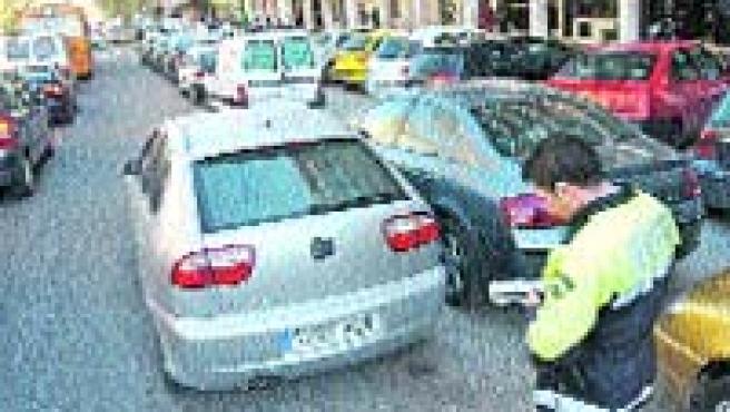 Da igual que el Consistorio suba las multas para disuadir a los malos conductores (A. G.).