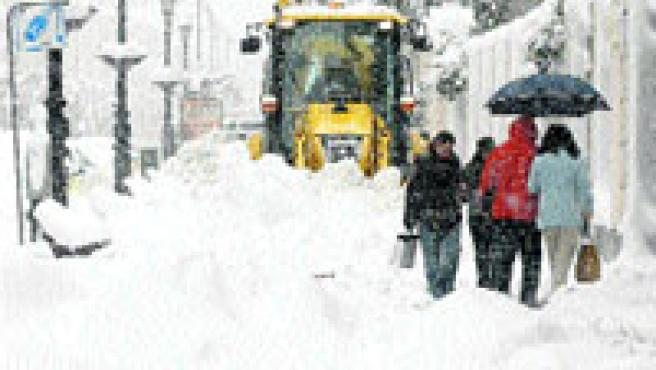 Burgos capital se levantó ayer con un gran manto de nieve. 34 puertos tuvieron ayer problemas. (Efe)