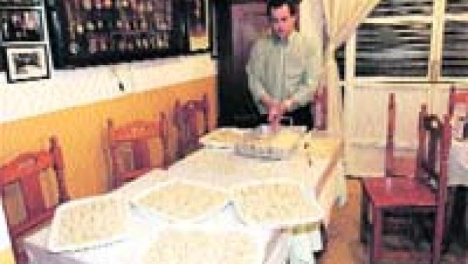 Jesús Morales lleva doce años empanando las croquetas de Casa Ricardo (Kako Rangel).