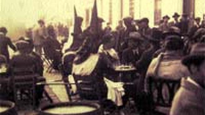 Nazarenos de la Esperanza de Triana tomando en 1920 un tentempié.