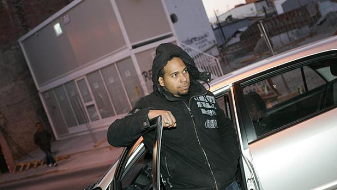 Martínez, ayer, en el coche Toyota donde se ve obligado a dormir desde hace casi una semana (JORGE PARÍS)