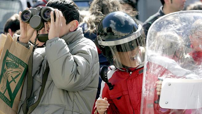 Unos niños se prueban material de la Guardia Civil en su visita de ayer (EFE)