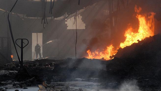 Un bombero intenta apagar un fuego Sant Fruitòs del Bages, en Barcelona.