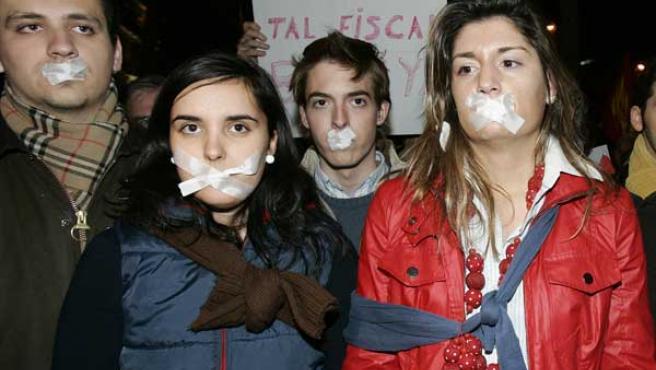 Participantes en la concentración convocada por el Foro de Ermua y las Nuevas Generaciones del PP frente a la sede de la Fiscalía General del Estado, en Madrid EFE/J.J. Guillén