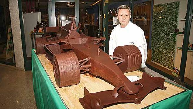 El pastelero autor del monoplaza de Alonso, en chocolate. (P.Gil)