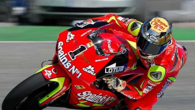 El actual campeón del mundo de 250 c.c., el español Jorge Lorenzo (Aprilia), toma una curva en Jerez (Efe).