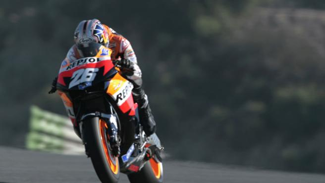 Pedrosa levanta la rueda delantera de su Honda durante los entrenamientos. (Efe)