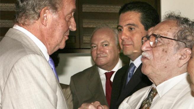 El Rey Juan Carlos saluda al Premio Nobel de Literatura Gabriel García Márquez en el V Congreso Internacional de la Lengua Española (Foto: Efe)
