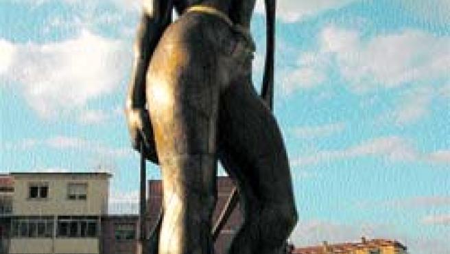 Una descomunal escultura del artista granadino Miguel Moreno luce desde ayer por la tarde en la plaza de la Constitución de Armilla (Torres).
