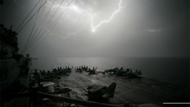 Despligue militar estadounidense en el Golfo Pérsico. En la imagen, la pista de un portaviones clase Nimitz. (Foto: Efe)