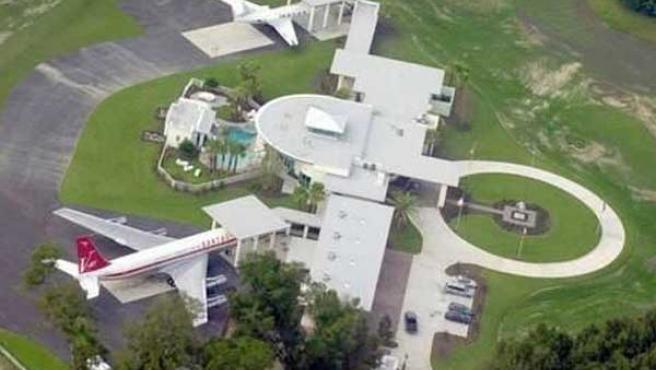 El Boieng 707 estacionado a la puerta de la casa de John Travolta en Florida (thisislondon)