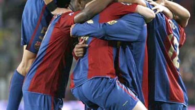 Los jugadores del FC Barcelona felicitan al argentino Messi (c) tras marcar el primer gol de su eqipo ante el Deportivo de La Coruña (Efe)