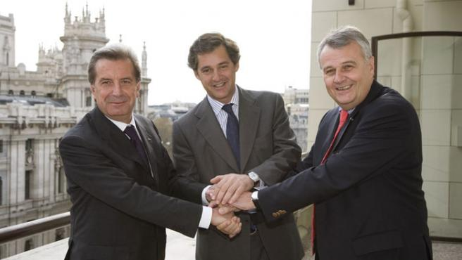 De izda. a dcha, el consejero delegado de Enel Fulvio Conti, el presidente de Acciona, José Manuel Entrecanales, y el presidente de E.ON, Wulf Bernotat, hoy en Madrid.