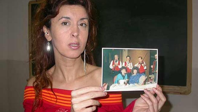 Beatriz Espejo, secretario de la CTC, enseña una foto de hace unos años en la que se ve a ella con la transexual encarcelada. (ACN)
