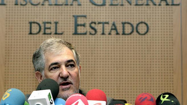 Cándido Conde -Pumpido explica la demanda de ilegalización de ASB por considerarlo sucesor de Batasuna. (Ángel Díaz / Efe)
