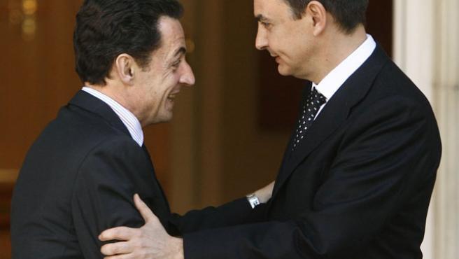 Zapatero saluda a Sarkozy en el Palacio de la Moncloa, durante la visita del candidato francés a España (Foto: Efe)