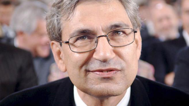 Imagen de archivo de octubre de 2005 que muestra al novelista turco Orhan Pamuk en Fráncfort, Alemania.